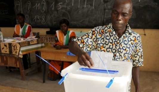 Wähler wirft Wahlzettel in eine Urne